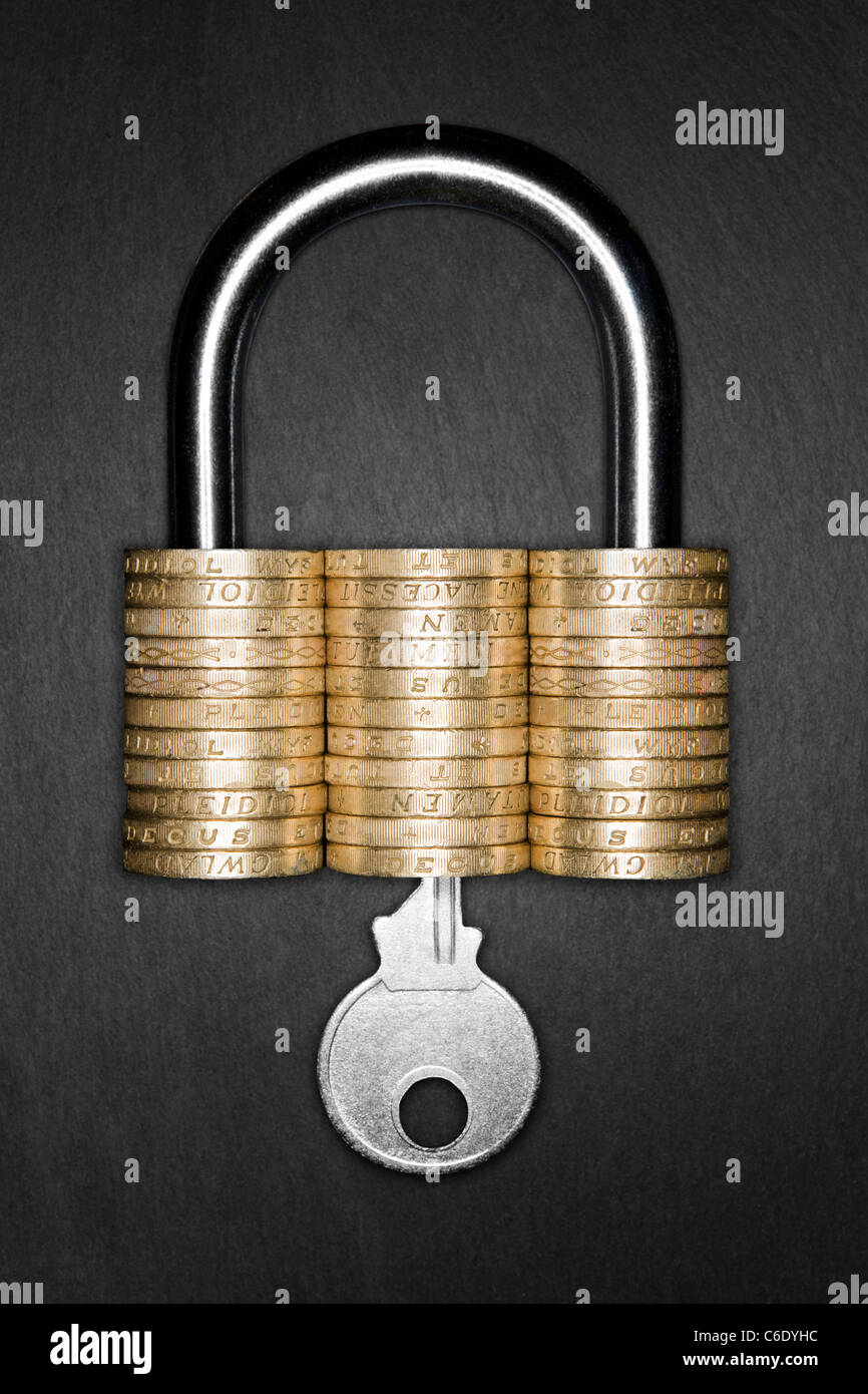 Vorhängeschloss aus Pfund-münzen bedeutet finanzielle Sicherheit. Schlüssel in Vorhängeschloss Stockbild