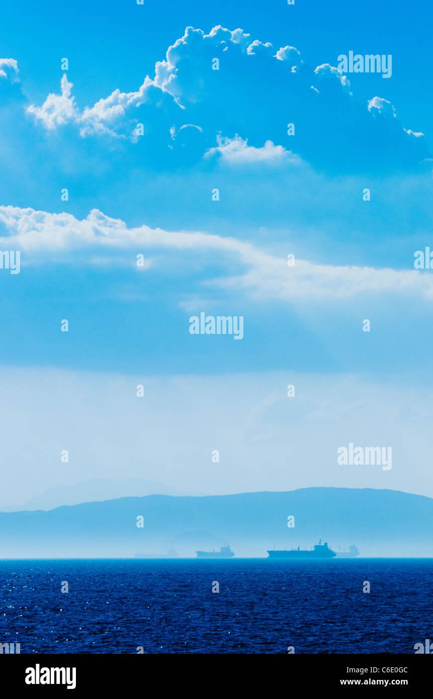 Griechenland, Tanker und Frachtschiffe auf Ägäisches Meer Stockbild
