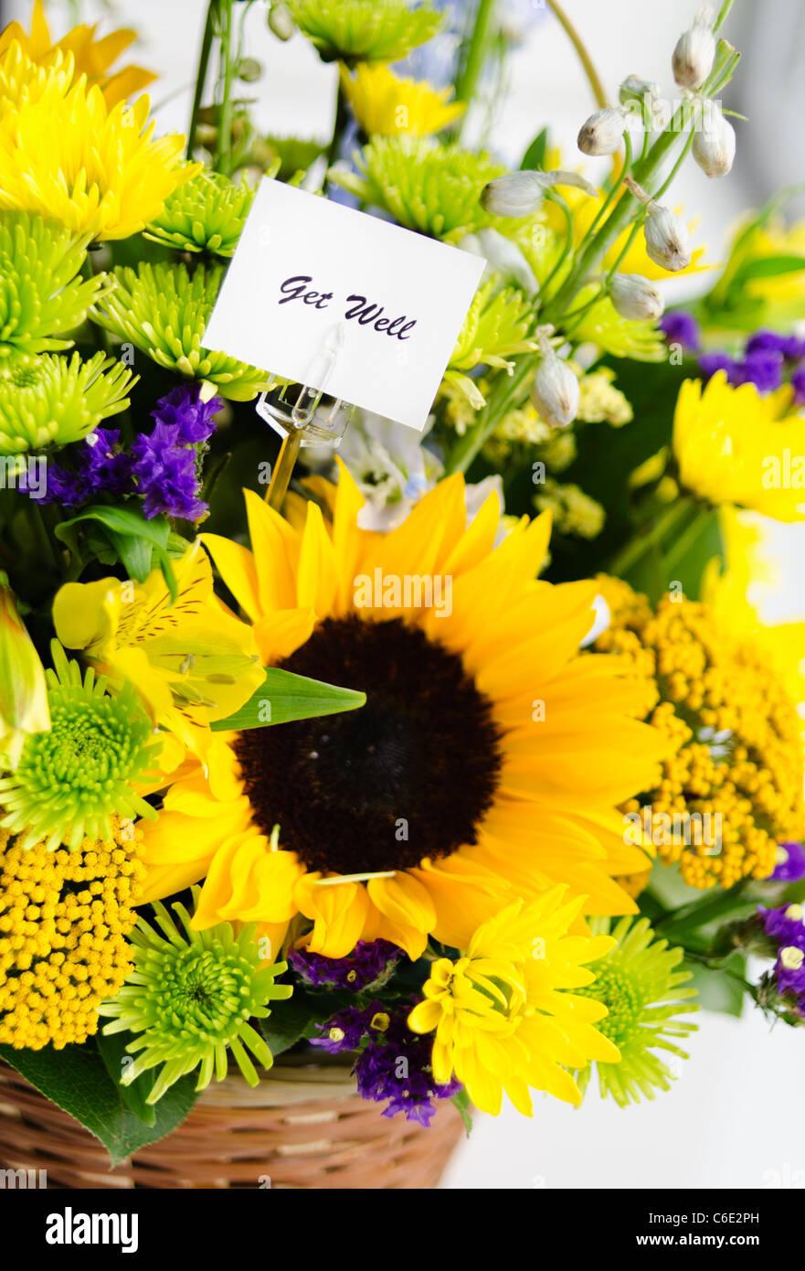 Blumenstrauß mit Karte Stockbild