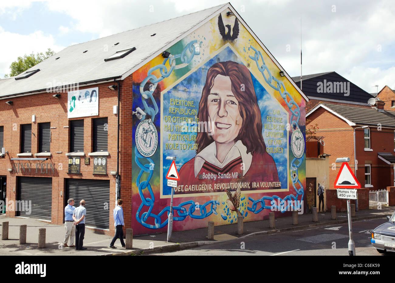Bobby Sands Wandbild an der Seite der Sinn Féin Büro in der Straße fällt, Belfast Stockbild