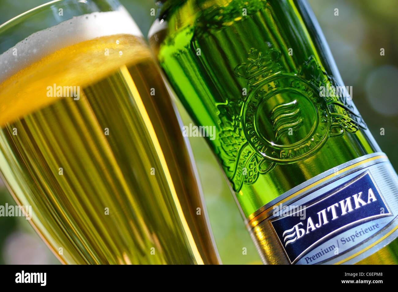 Glas und Flasche russischen Bier / Lager, Baltika Stockfoto