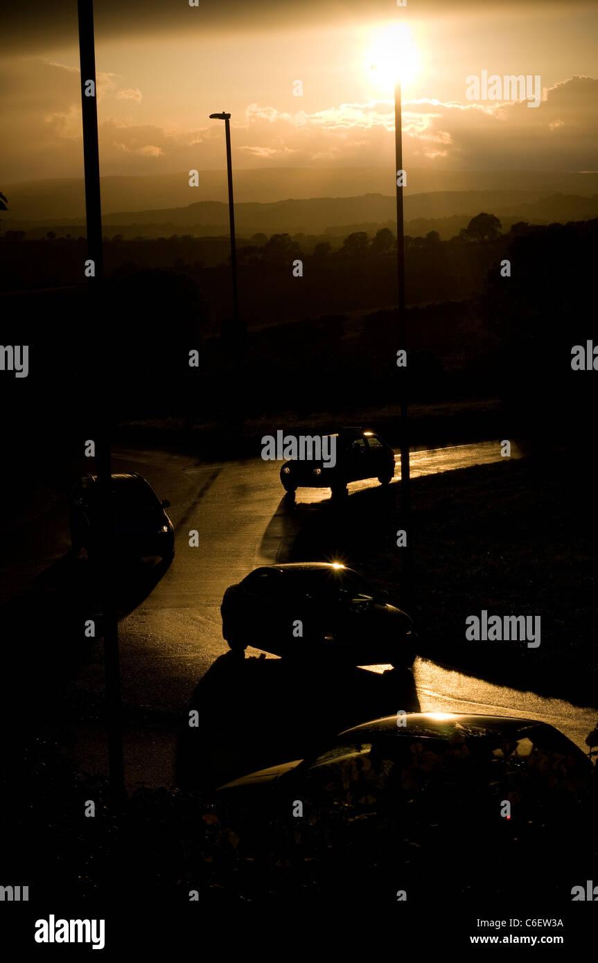 Abstrakte Ansicht der viel befahrenen Straße mit Lampost und Dartmoor. Regen, Reflexion, Straße, Fahrbahn, Stockbild