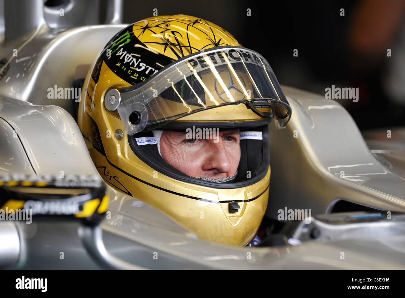 Michael Schumacher Ger Mercedesgp Tragen Goldene Hochzeit Helm