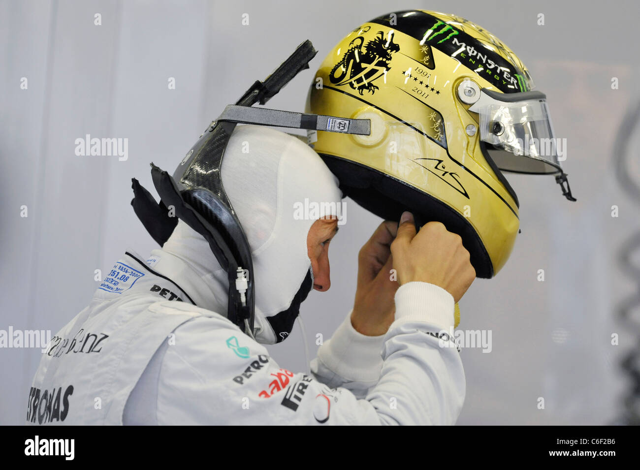 Michael Schumacher Mercedes Setzt Seine Goldene Hochzeit Helm
