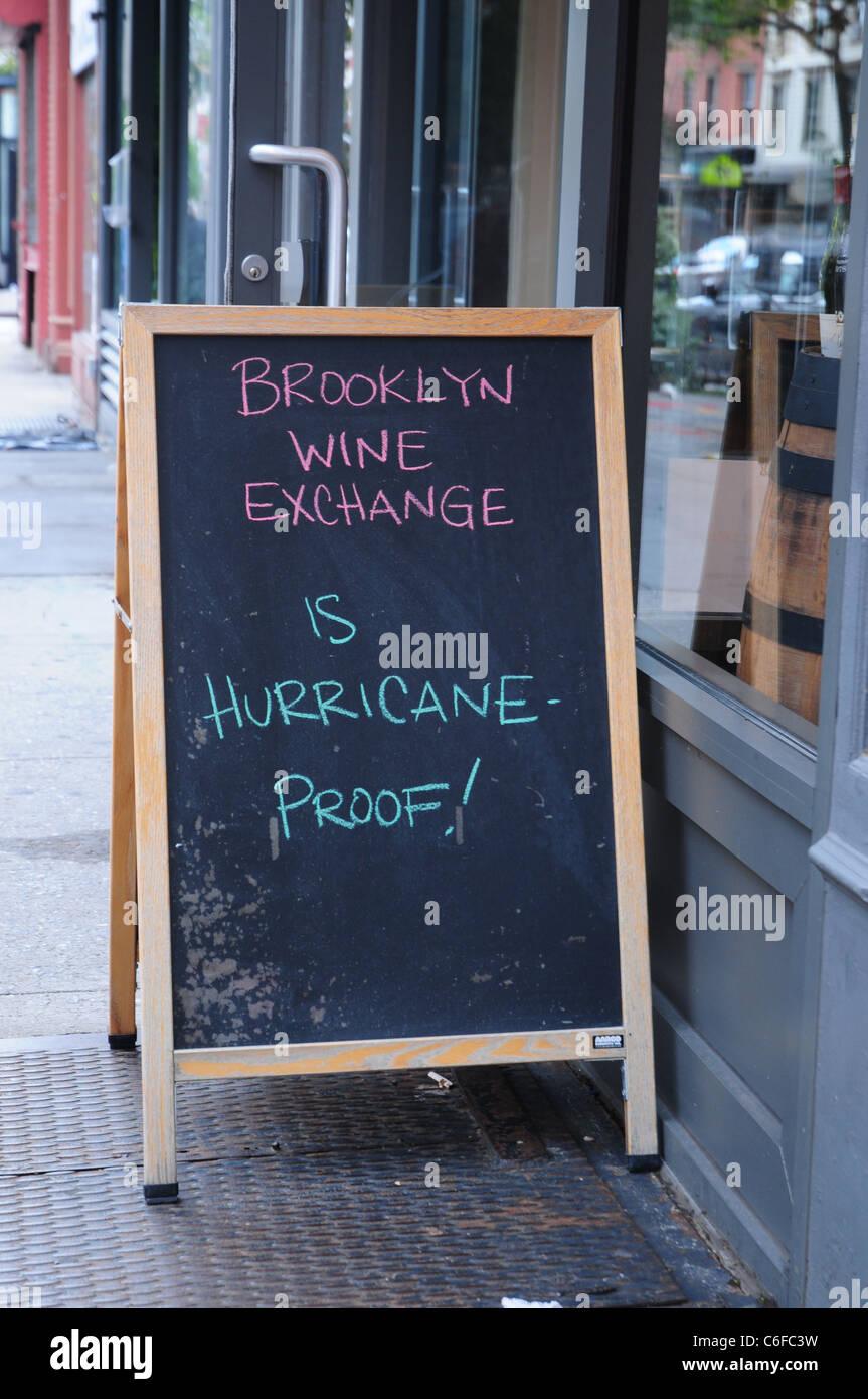 Ein Brooklyn Store erklärt sich im Zuge der Hurrikan Irene geöffnet Stockbild