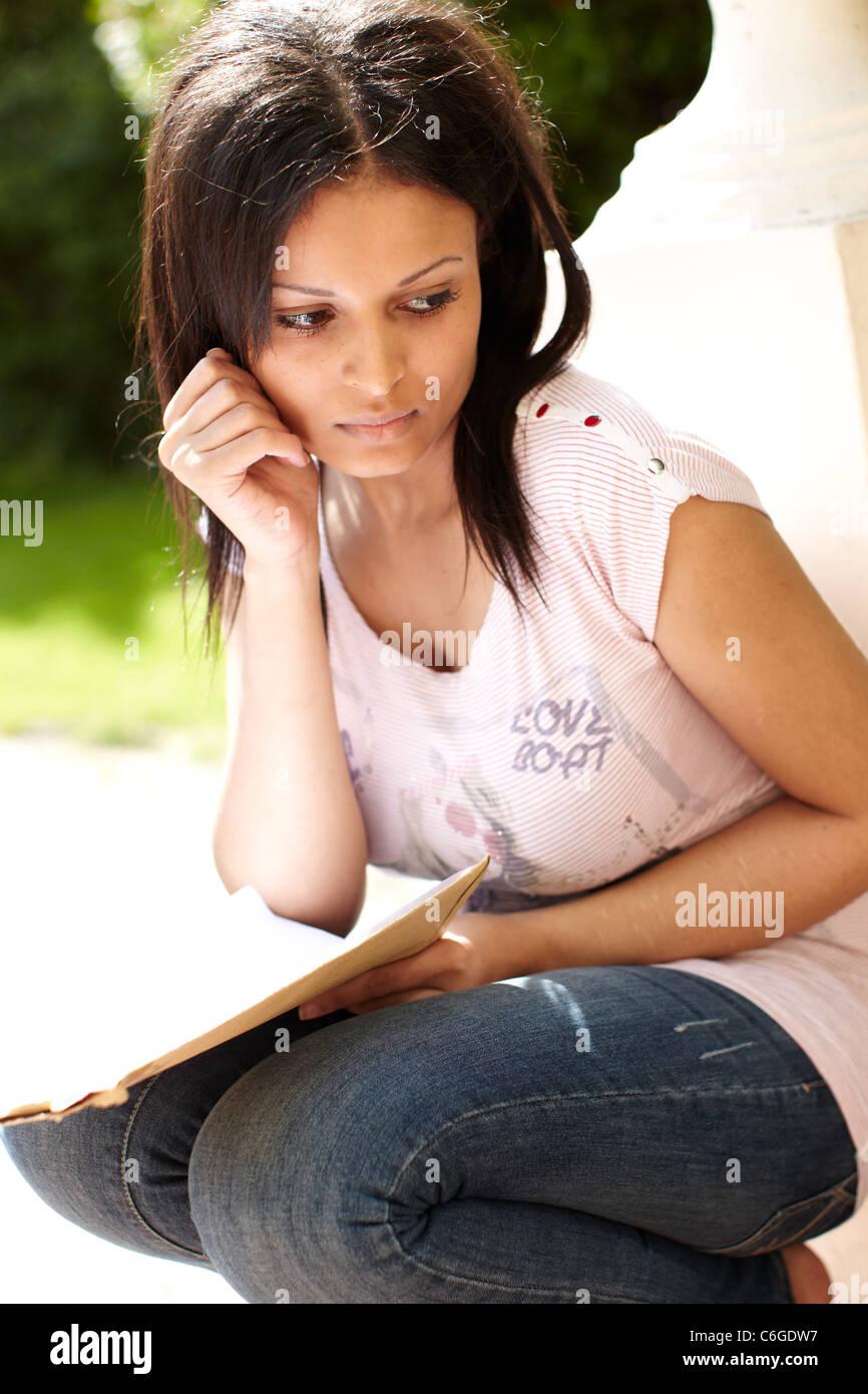 Asiatische Mädchen Blick auf Prüfungsergebnisse Stockbild