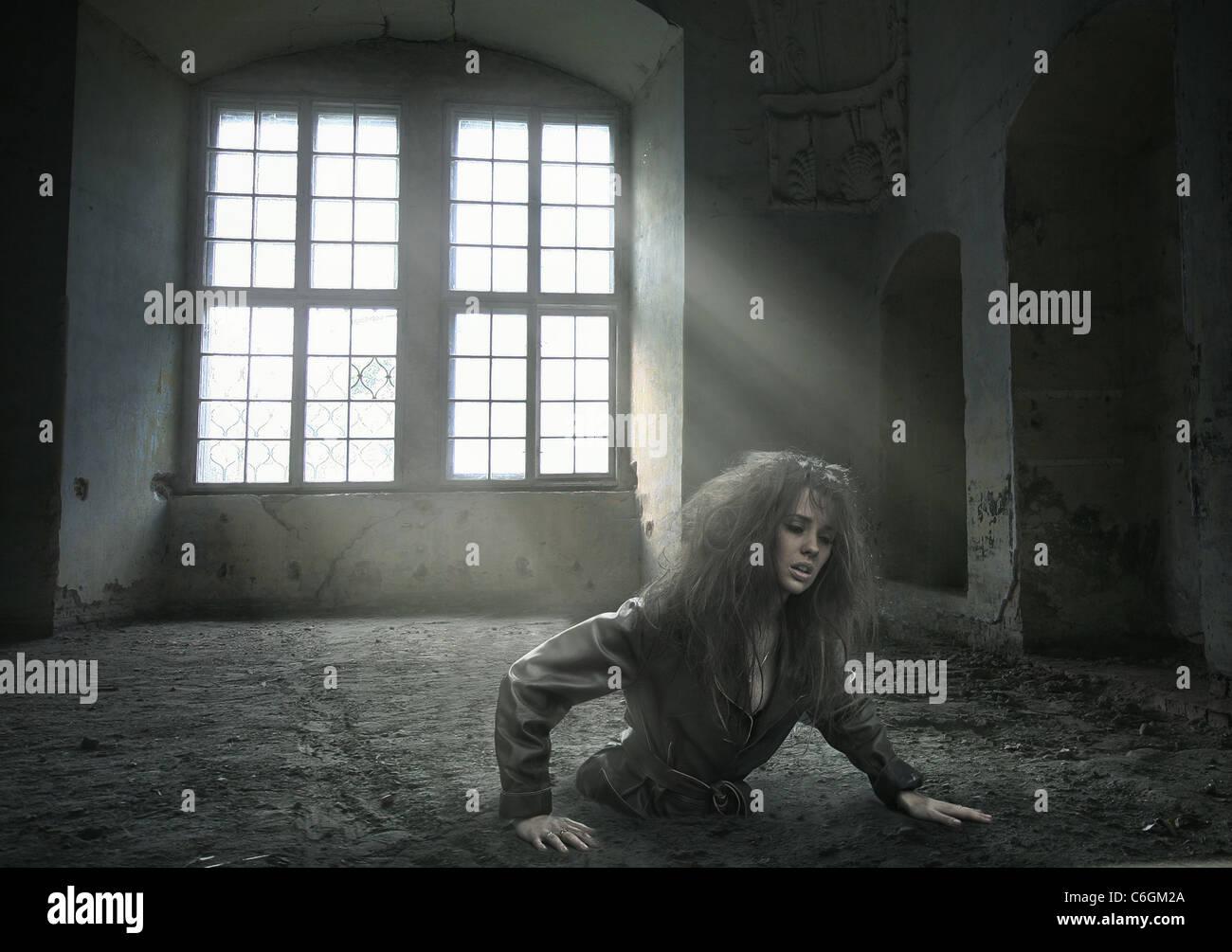 verlorene Frau in den frei gewordenen Raum Stockbild
