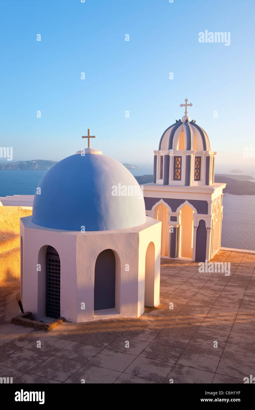 Glockentürme der orthodoxen Kirche mit Blick auf die Caldera in Fira, Santorini (Thira), Kykladen, Ägäis, Stockbild