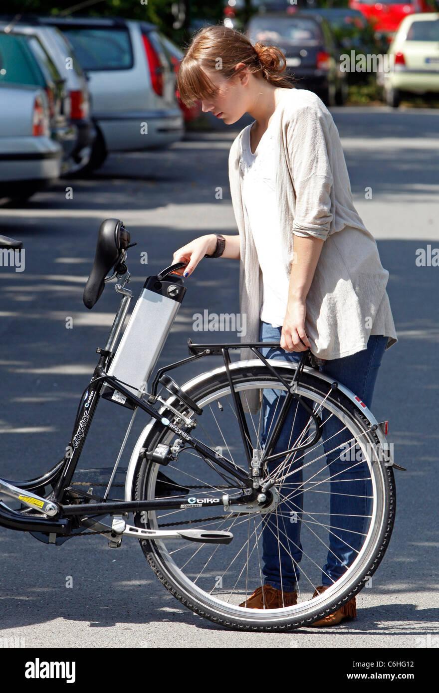 Mädchen, Batteriewechsel auf Elektro-Fahrrad, Pedelec, Ebike, e-Bike, Dortmund, Deutschland Stockbild