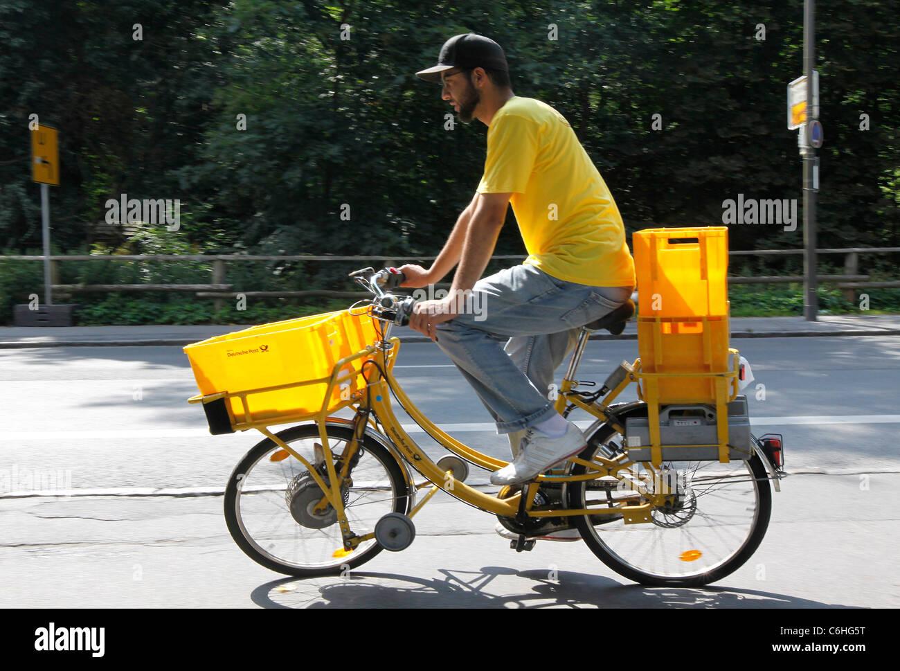 Postbote Reiten auf Elektro-Fahrrad, Pedelec, Ebike, e-Bike, Dortmund, Deutschland Stockbild
