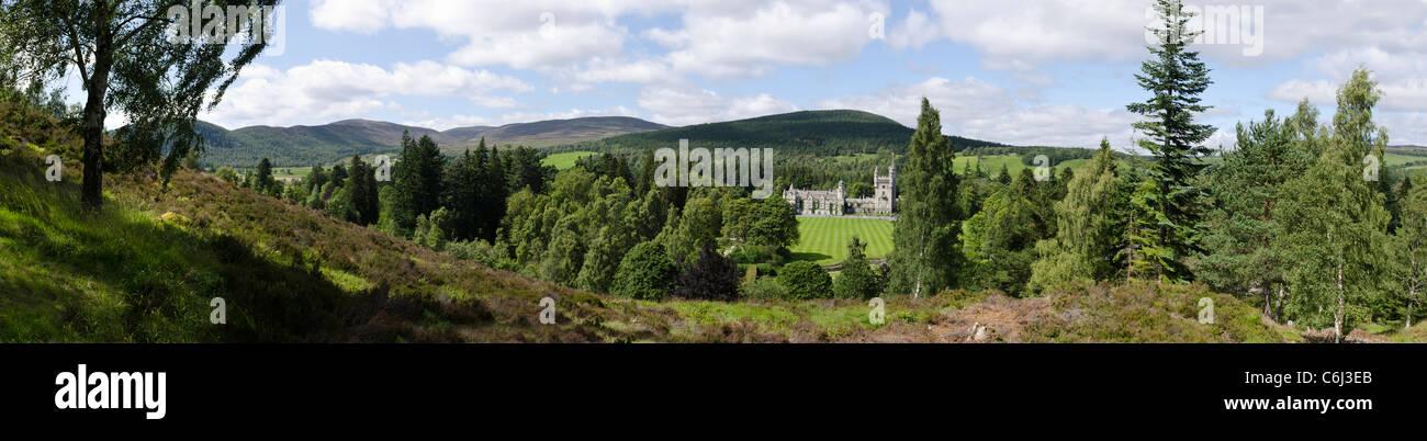 Panoramablick auf Balmoral Estate und Schloss im Sommer mit Bäumen und Rasen - Royal Deeside Stockbild