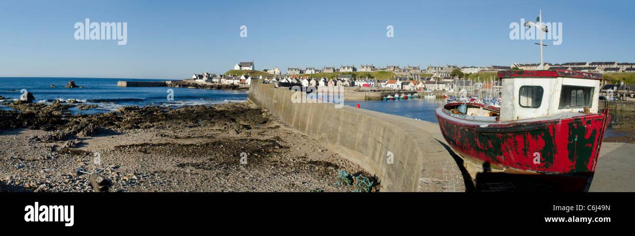 Panoramablick von der West Pier im Hafen von Findochty mit alten roten Boot - Moray Küste Stockbild
