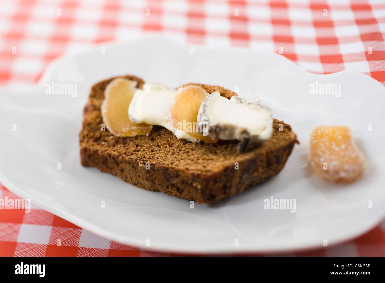 Lebkuchen mit Ziegenkäse und kandierter Ingwer in Scheiben Stockbild
