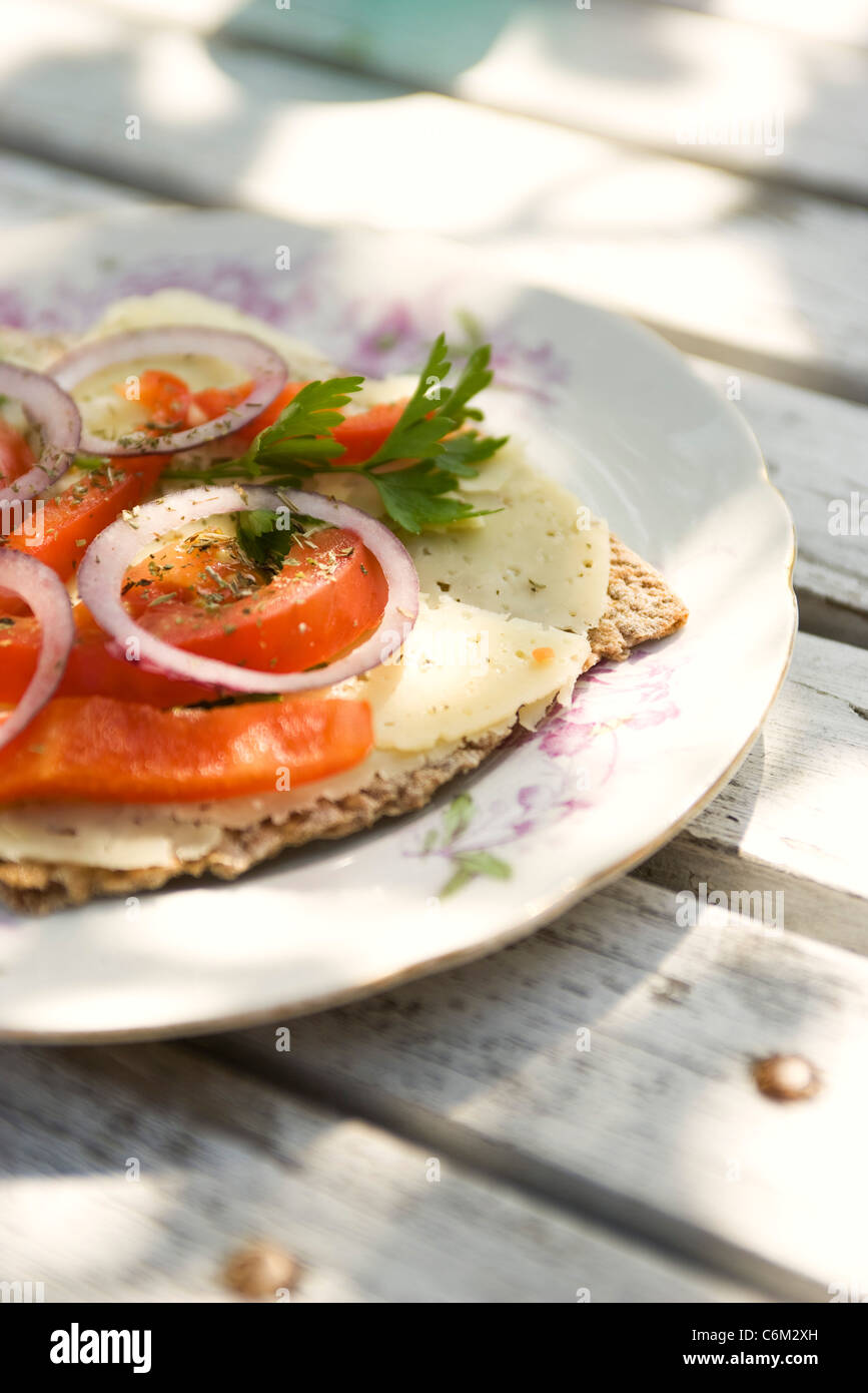 Knäckebrot mit Käse und Tomaten garniert Stockbild