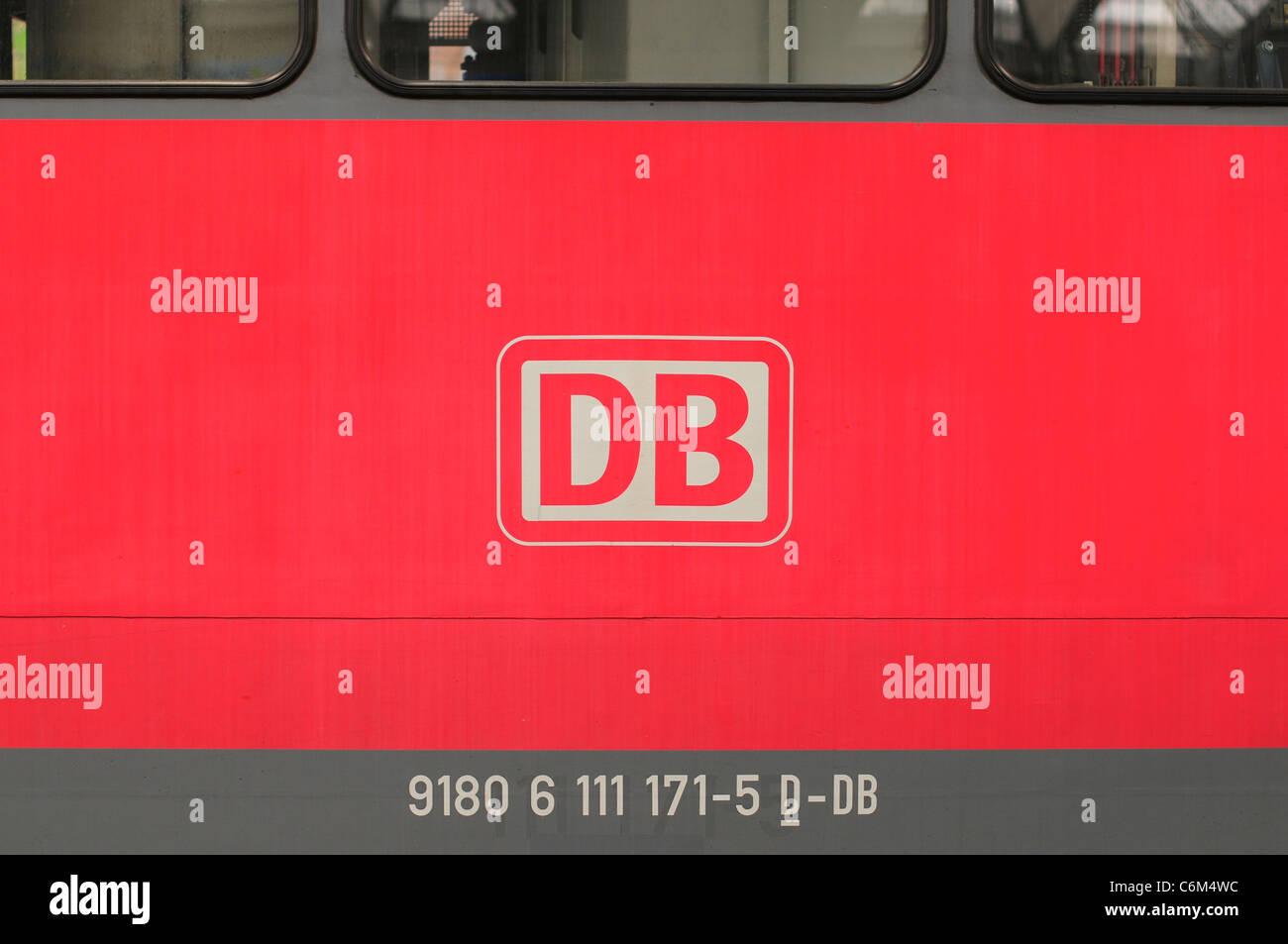 Deutsche Bahn / DB-Logo auf einem Zug, München, Deutschland Stockbild