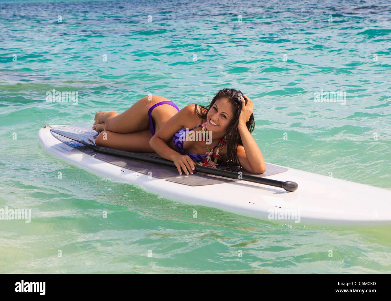schöne Brünette in Bikini auf ihrem Stand up Paddle Board auf hawaii Stockbild