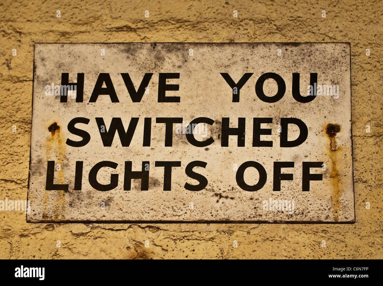 Altes Blechschild - haben Sie Lichter ausgeschaltet Stockfoto