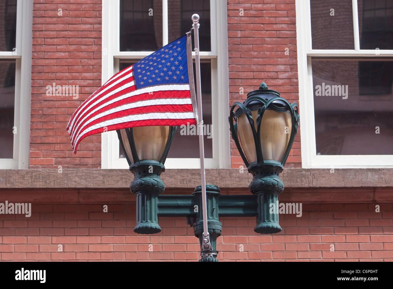 Eine markante Laterne und eine amerikanische Flagge auf Allyn Straße in Hartford, Connecticut, Samstag, 6. Stockbild