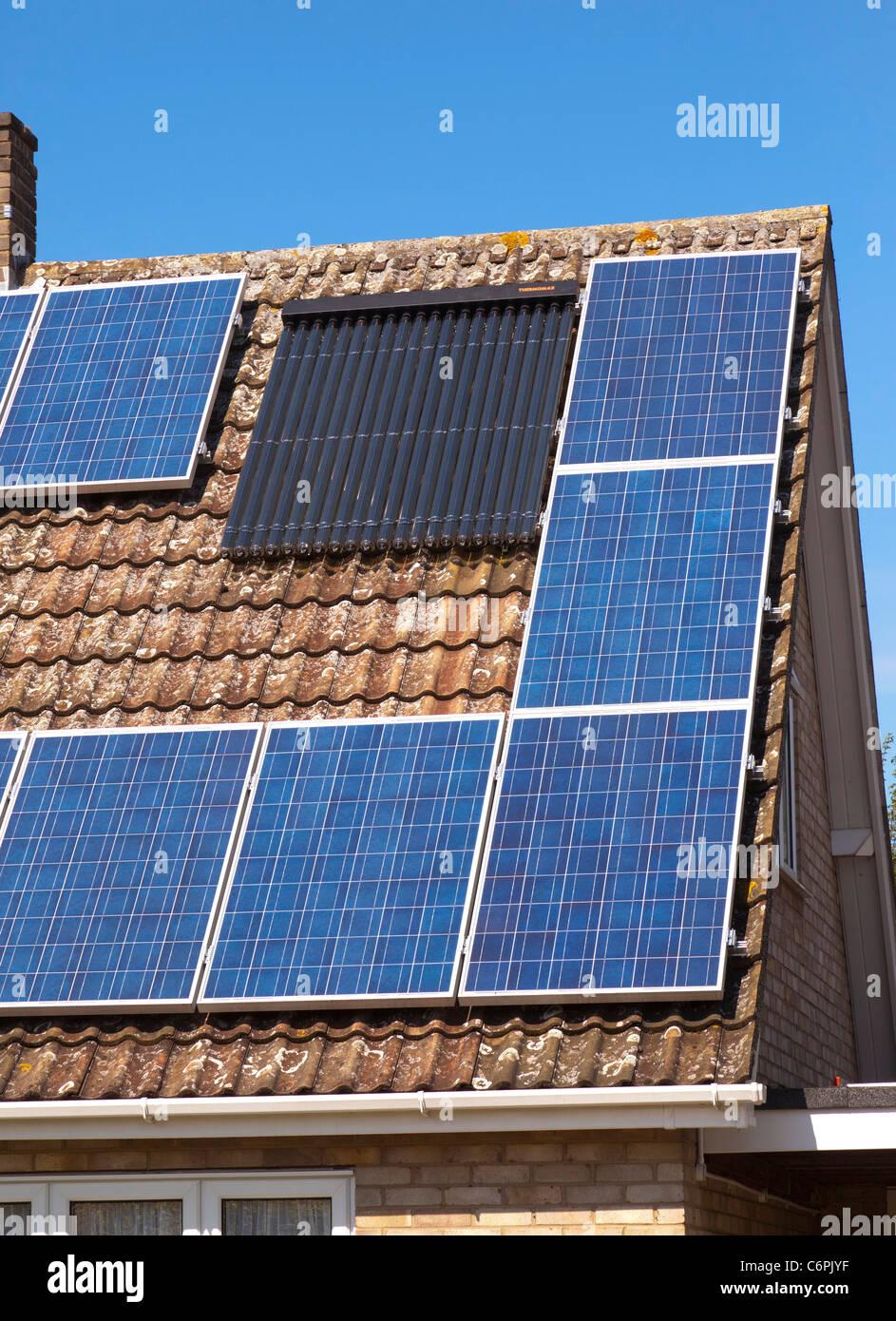 Lovely Photovoltaik Und Thermische Heizung Solar Panels Auf Einem Haus In Suffolk,  UK Stockbild