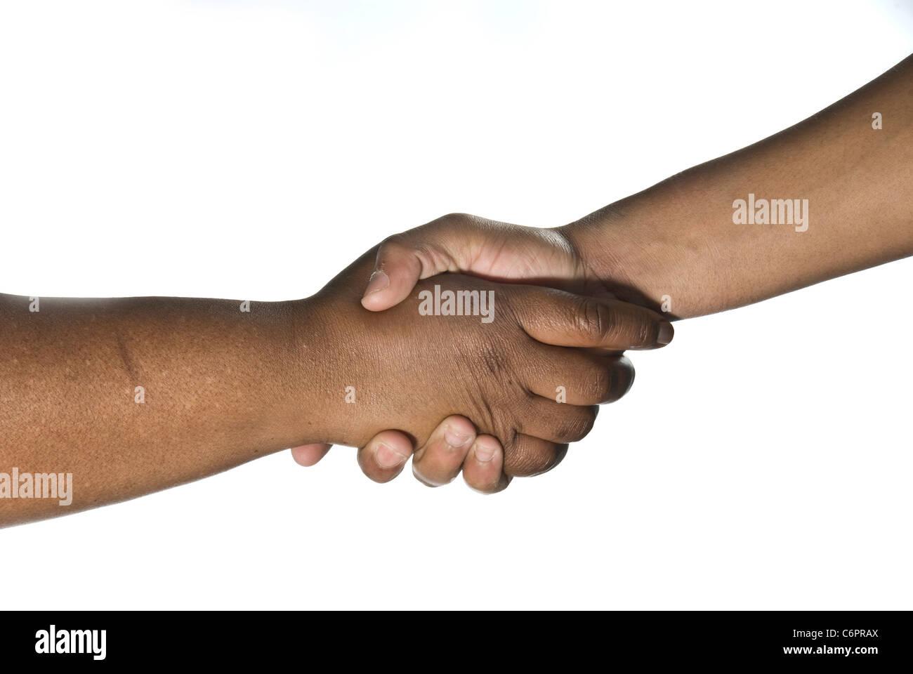 Männliche und weibliche afrikanische Hände in einem Grußwort. Stockbild