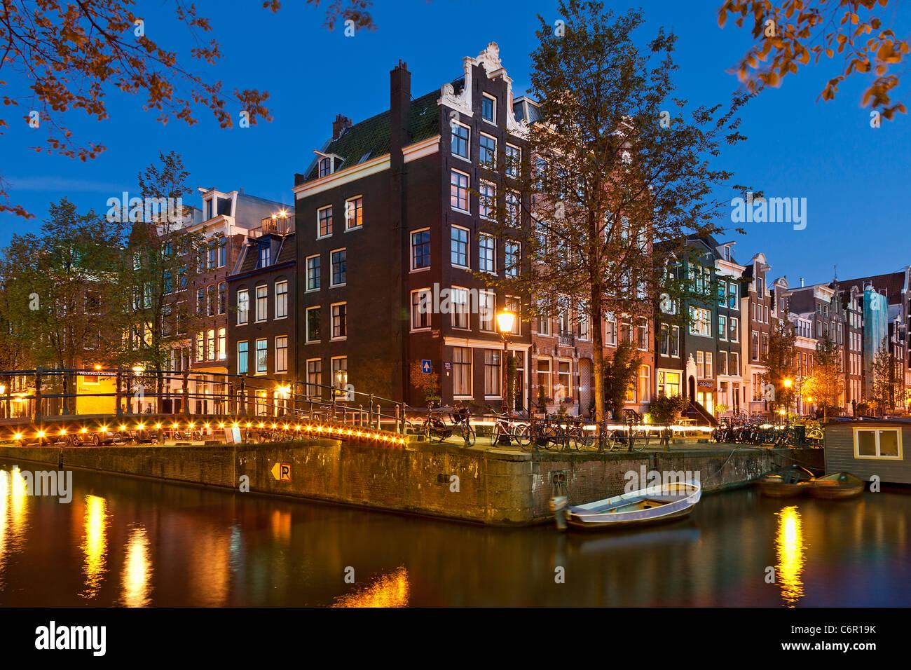 Europa, Niederlande, Amsterdam, Kanal in der Abenddämmerung Stockbild
