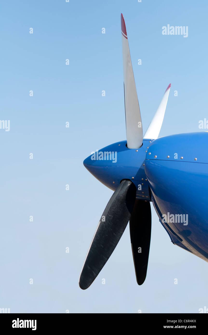 Weiße Flugzeug Propeller vor blauem Himmelshintergrund Stockbild