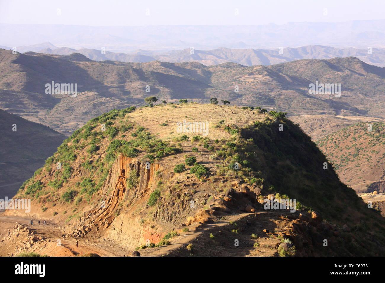 Eine malerische Aussicht auf einem Berggipfel mit Bergketten im Hintergrund Stockbild