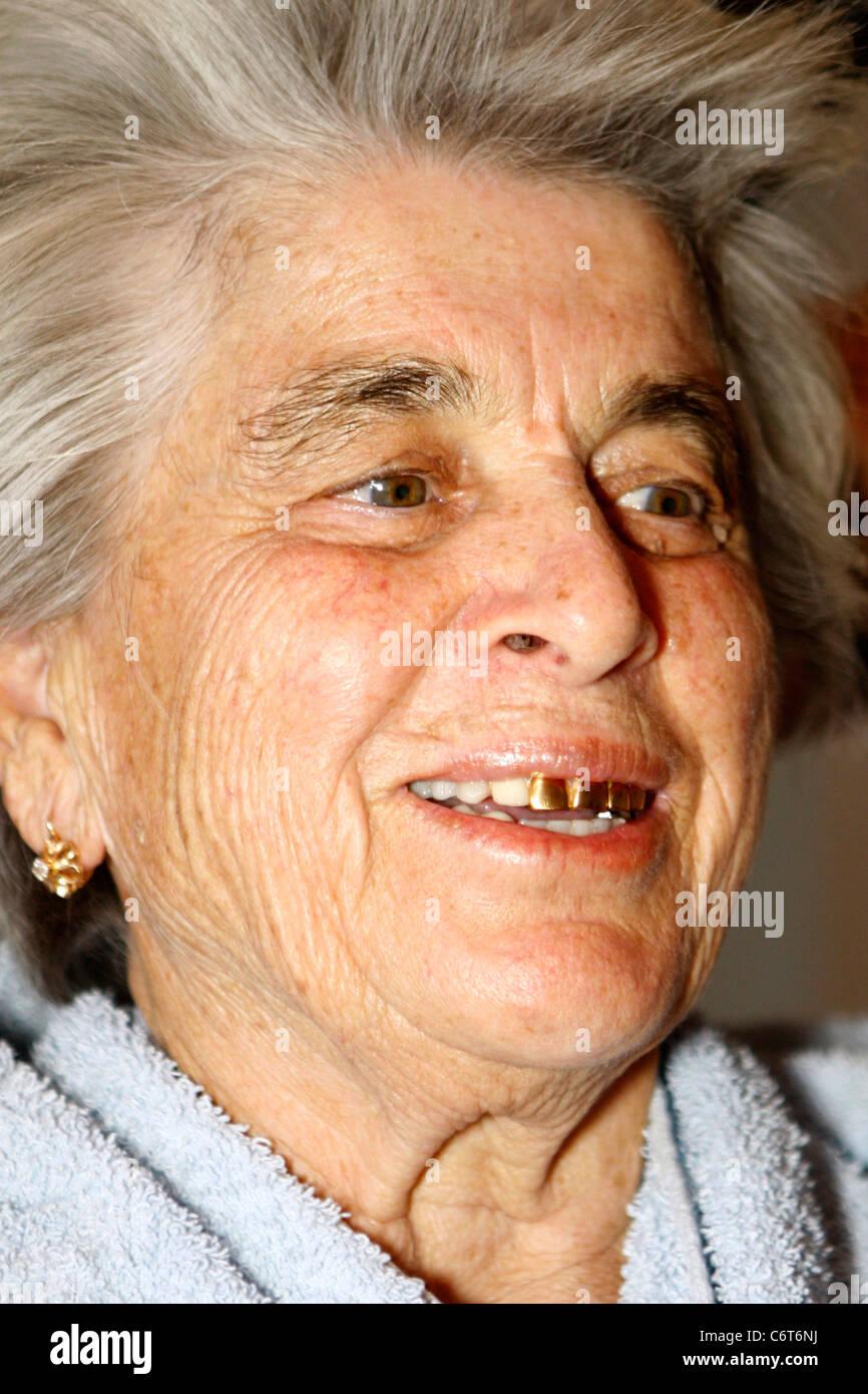 Alte Frau Aus Kasachstan Mit Goldenen Vorderen Z 228 Hne