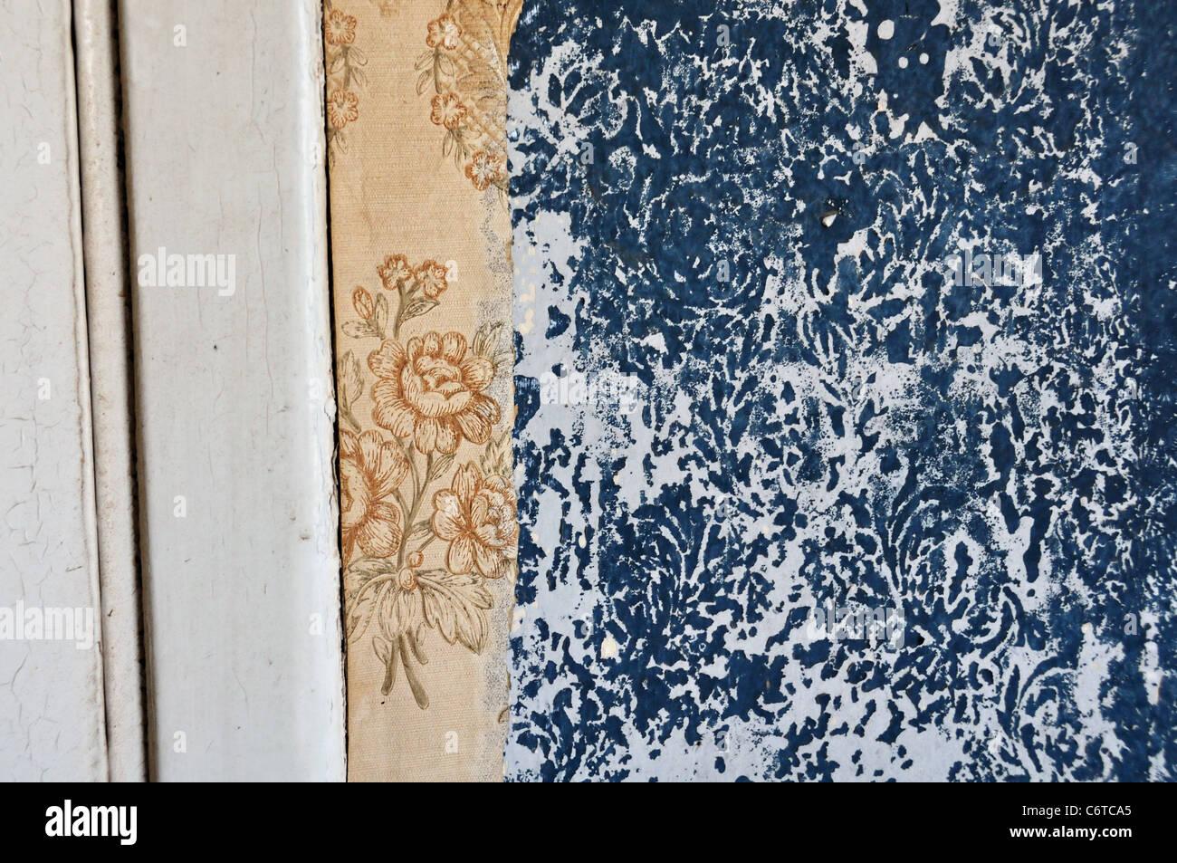 Vintage Tapeten Und Blumenmuster Bedruckt Auf Peeling Paint Wand Gerissen.