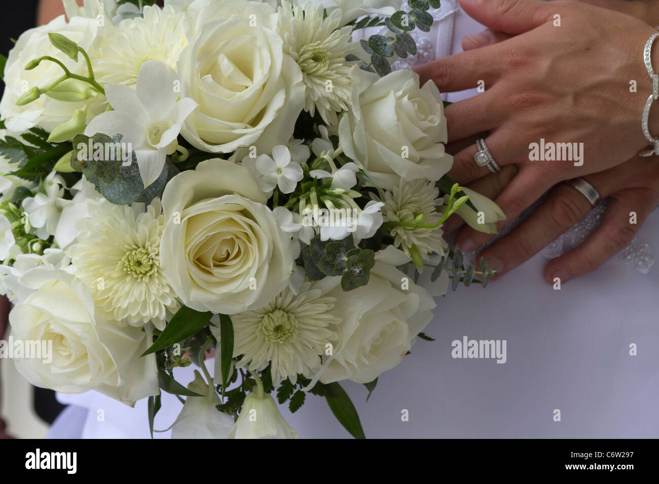 Hochzeit Brautpaar Braut Mit Brautigam Bouquet Von Weissen Blumen Und
