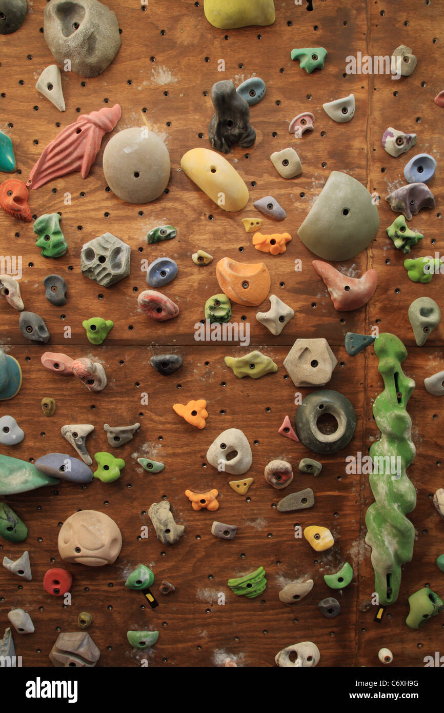 vertikales bild von hausgemachten indoor künstliche kletterwand mit