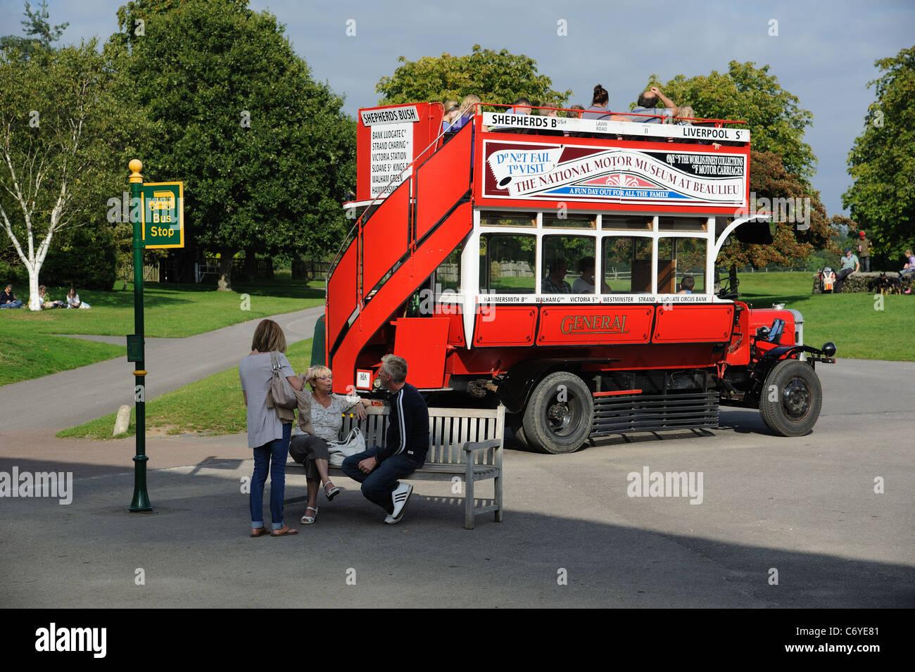 Oldtimer Bus Nummer 11 aus der Sammlung des National Motor Museum in Beaulieu in Hampshire, England Stockbild