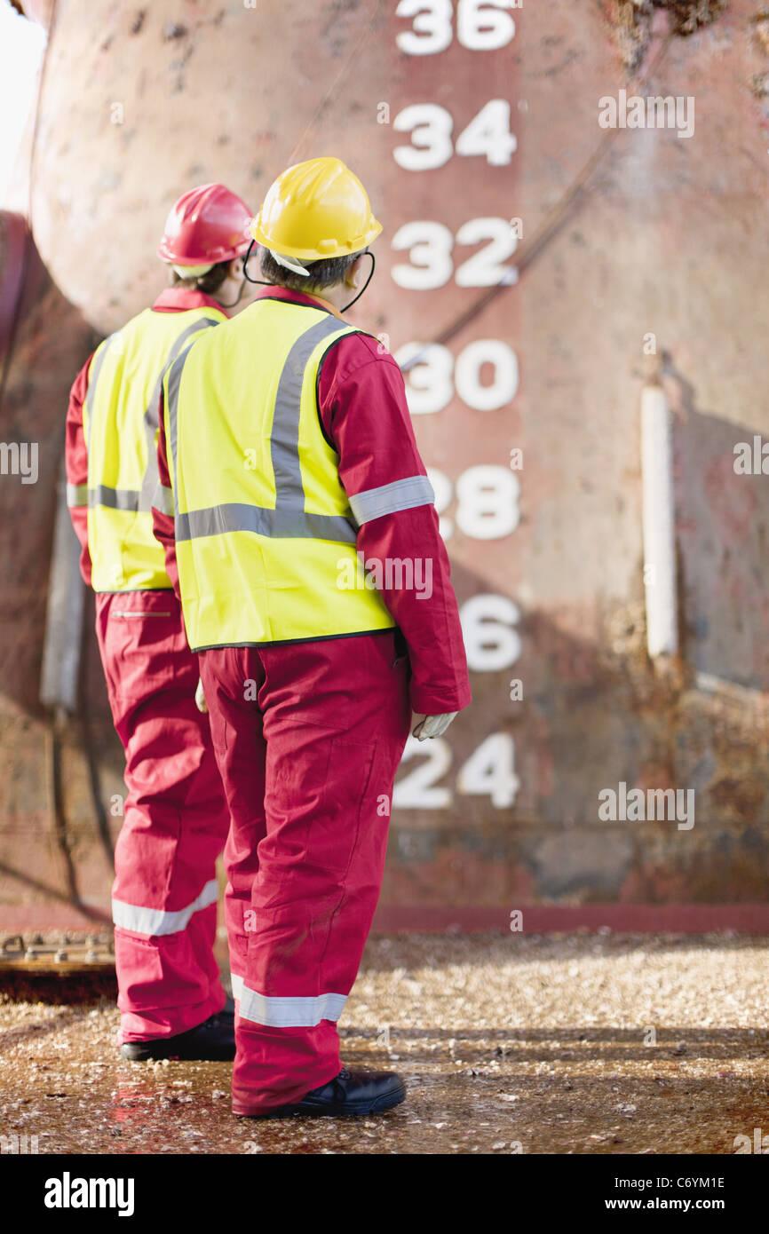 Arbeiter stehen auf Bohrinsel Stockbild