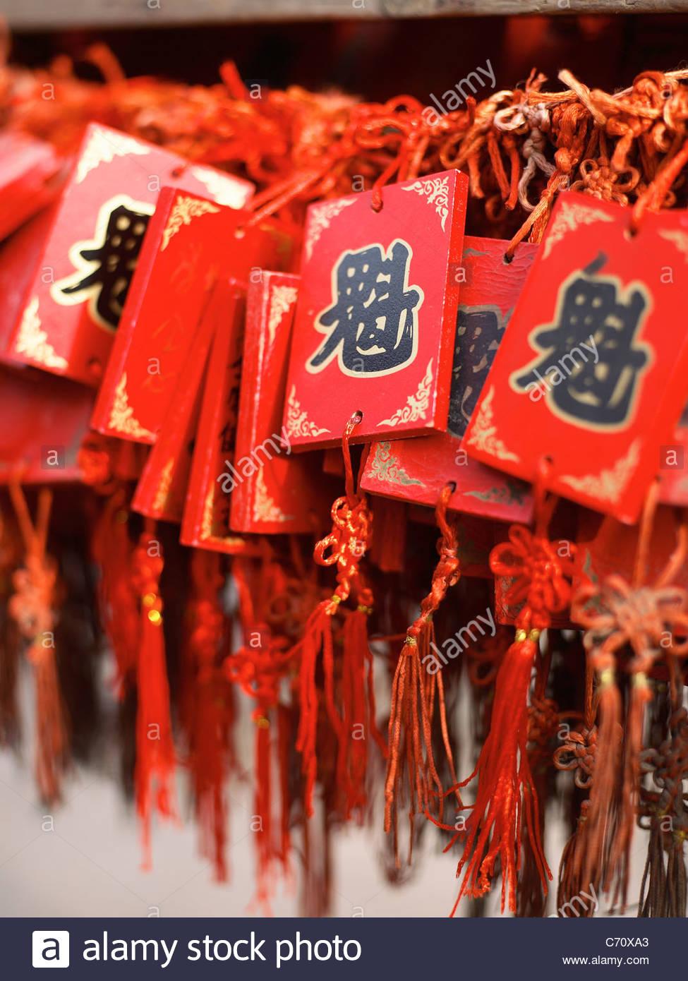 Glück-Anhänger auf rote Bänder Stockbild