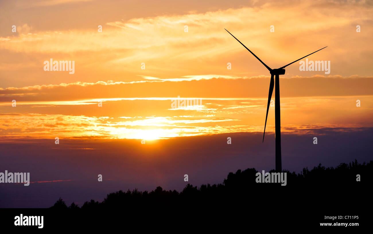 Silhouette der Windenergieanlage während des Sonnenuntergangs Stockbild