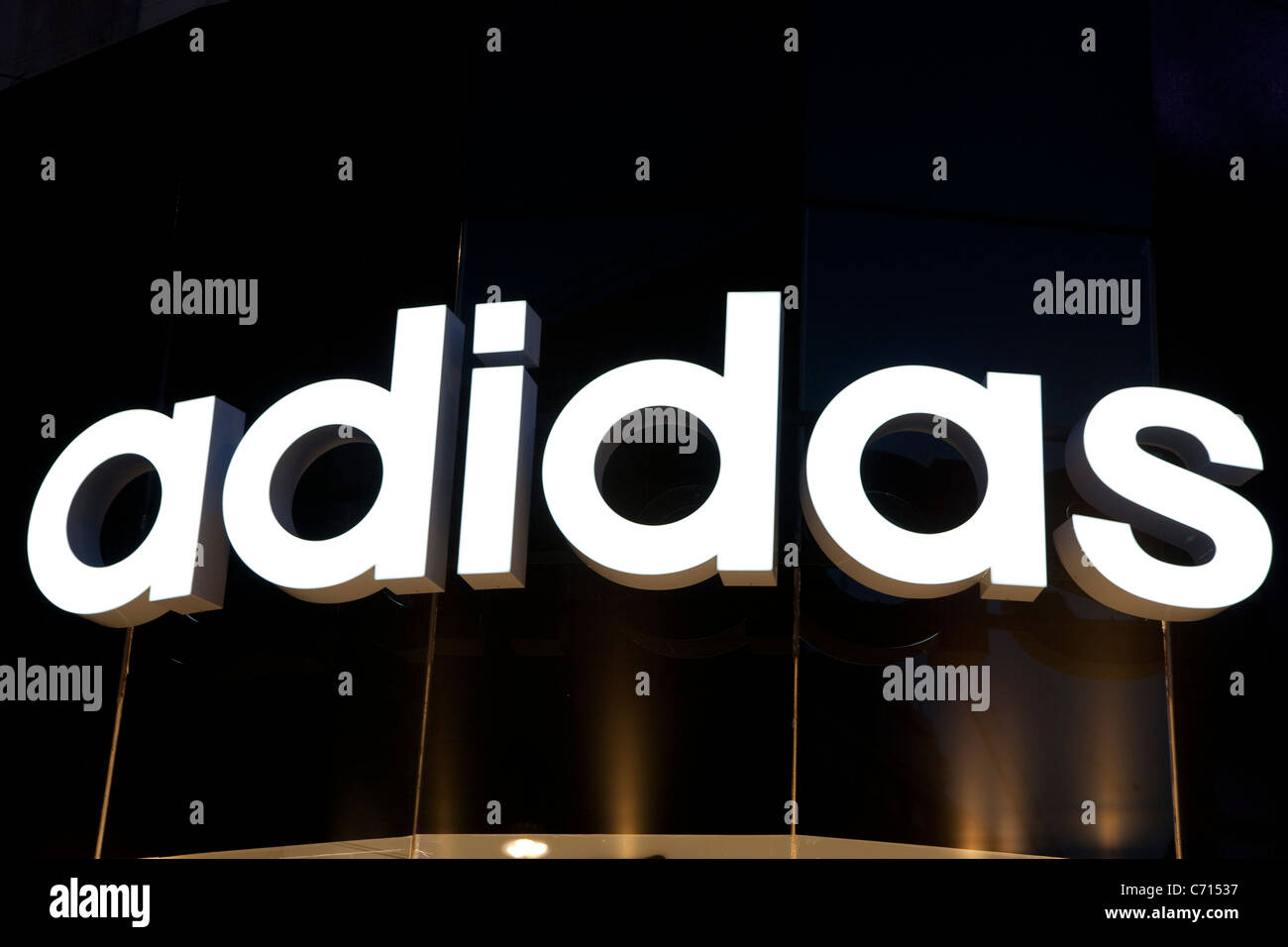 Adidas-Logo auf Vorderseite Shop in London Stockfoto