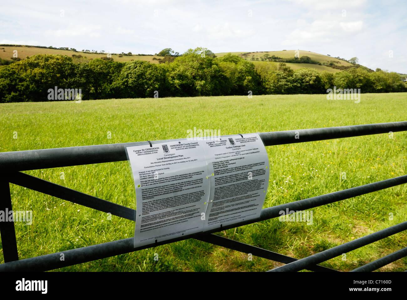Mitteilung für landwirtschaftliche Flächen auf der grünen Wiese in Bereichen geeignet für Wohnungsbau, Stockbild