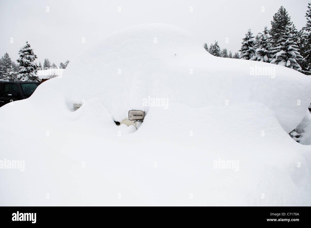 Ein Auto ist unter 6 Füße von Schnee in Lake Tahoe, Nevada begraben. Stockbild