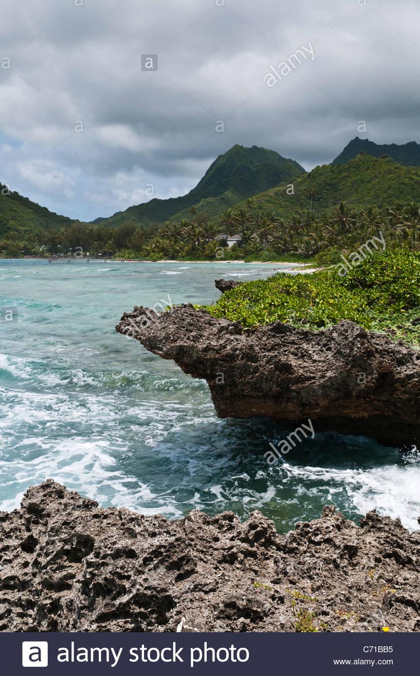 Felsige Küste und Berge, Rarotonga, Cook-Inseln. Stockbild