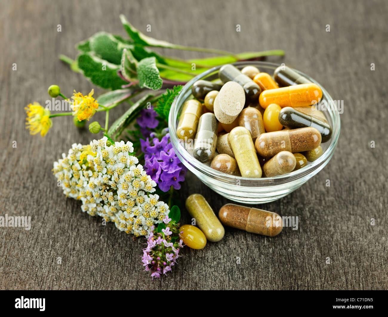 Kräuter mit Alternativmedizin pflanzliche Präparate und Pillen Stockbild
