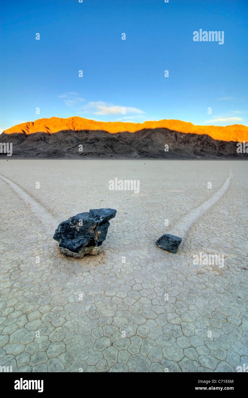 Zwei Felsen hinterlassen Spuren ihrer Bewegung auf der Rennstrecke im Death Valley National Park bei Sonnenaufgang, Stockbild