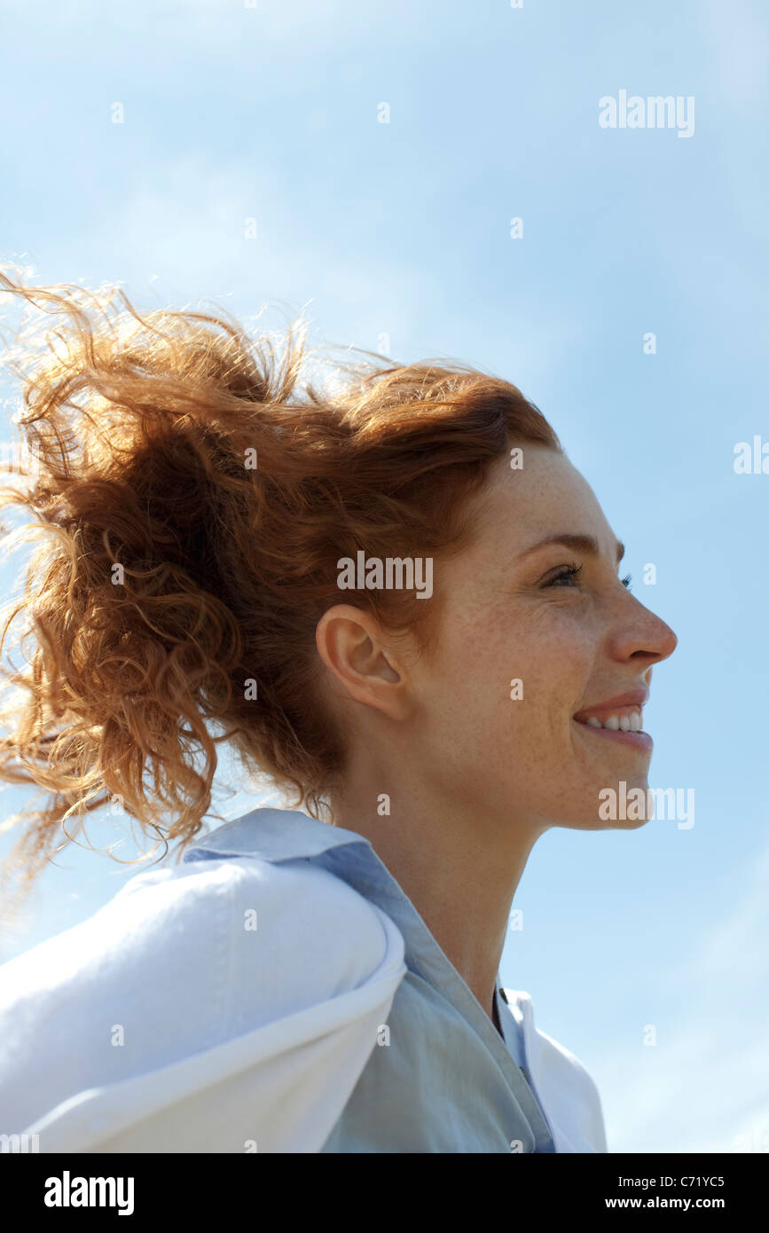 Frau lächelnd im Freien, Profil Stockfoto