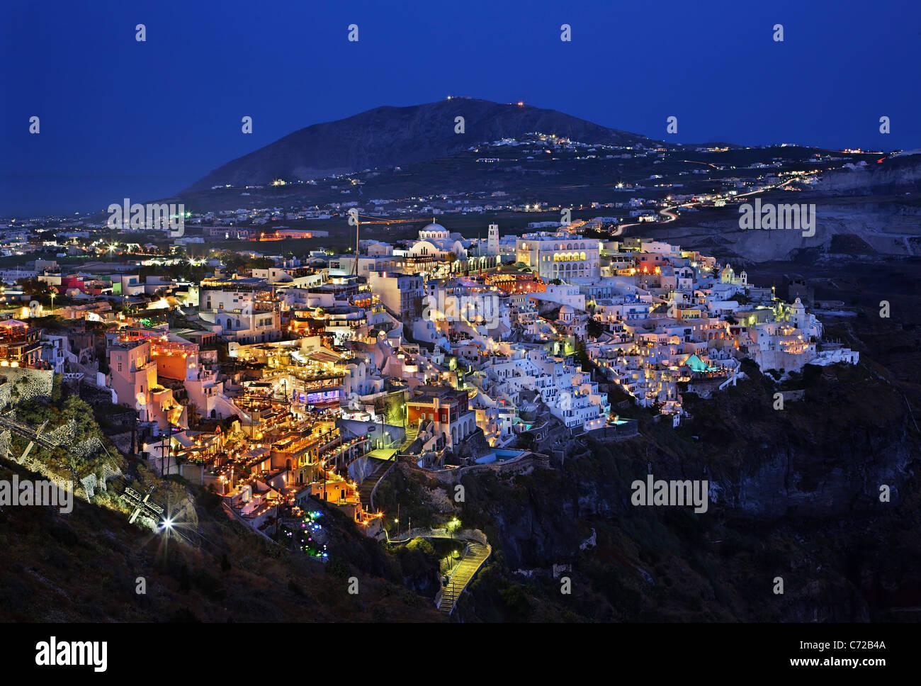 """Nachtansicht von Fira Dorf, der """"Hauptstadt"""" der Insel Santorini, schwebt über der Caldera. Kykladen, Stockbild"""