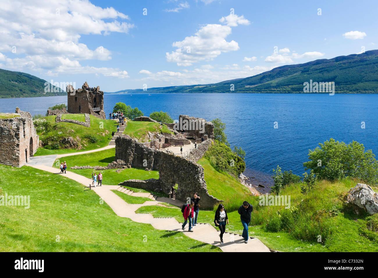 Urquhart Castle am Ufer des Loch Ness (Standort vieler Nessie Sichtungen), Inverness, Schottland, Großbritannien. Stockbild