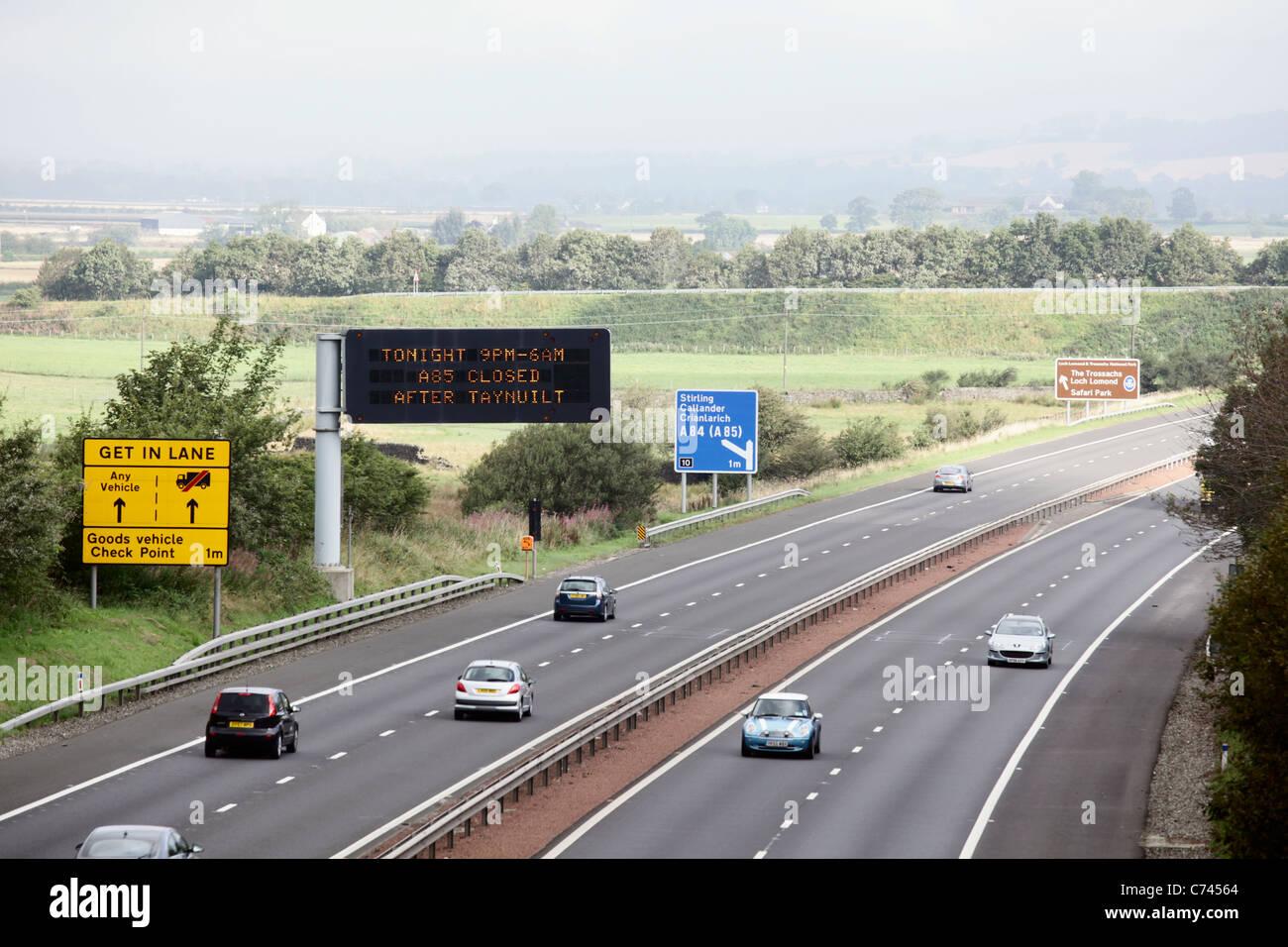 Verkehrszeichen auf M9 Autobahn in Stirling, Schottland Stockbild