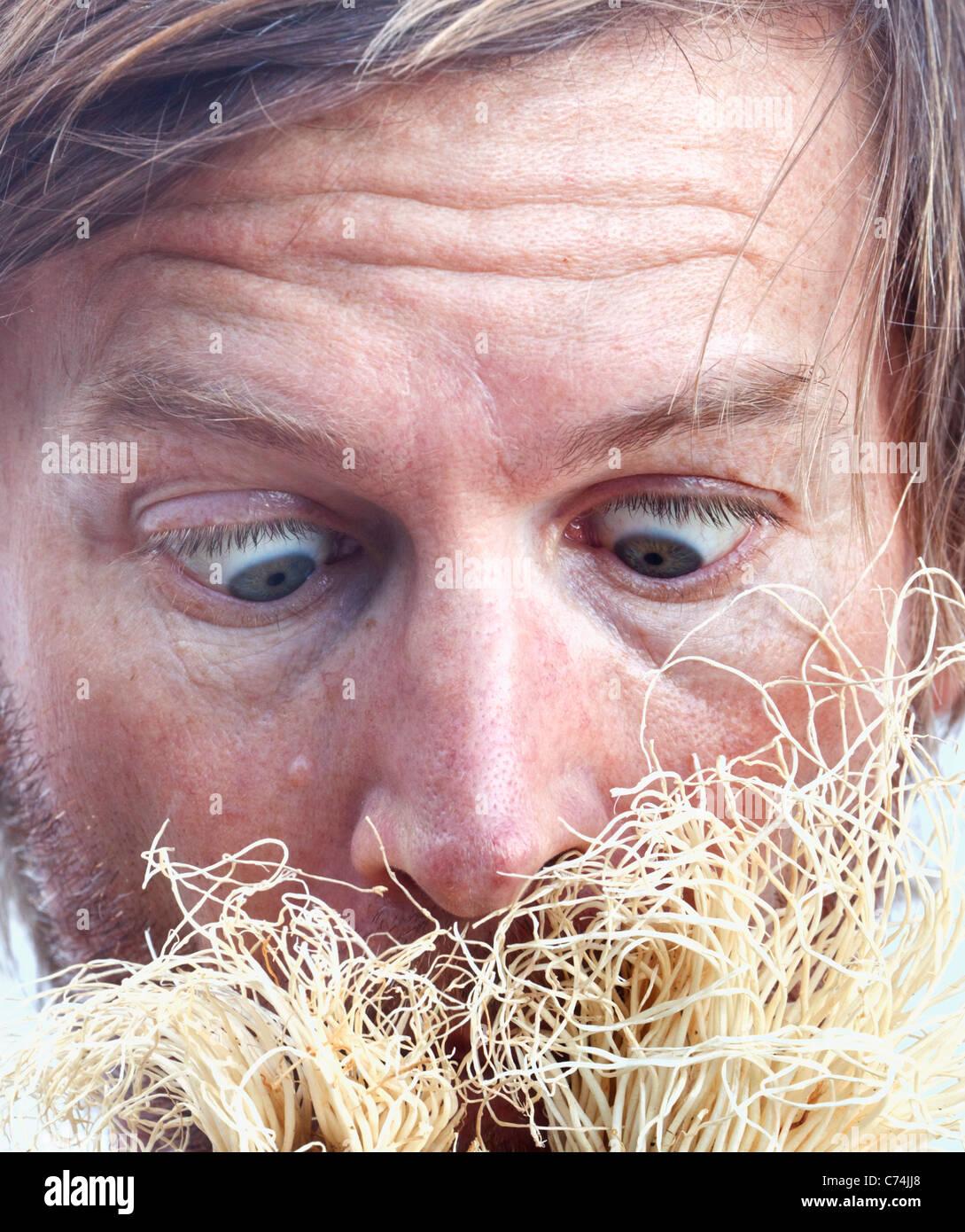 Nahaufnahme der Mann sah geschockt auf seltsame Wachstum wächst offenbar auf seinem Gesicht. Stockfoto