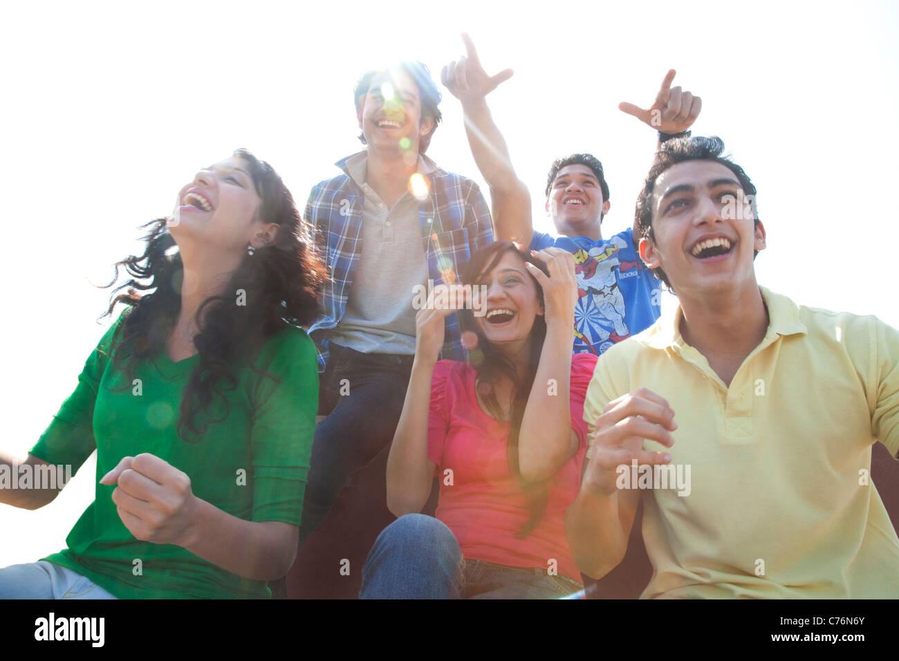 Jugendliche, die jubeln Stockbild