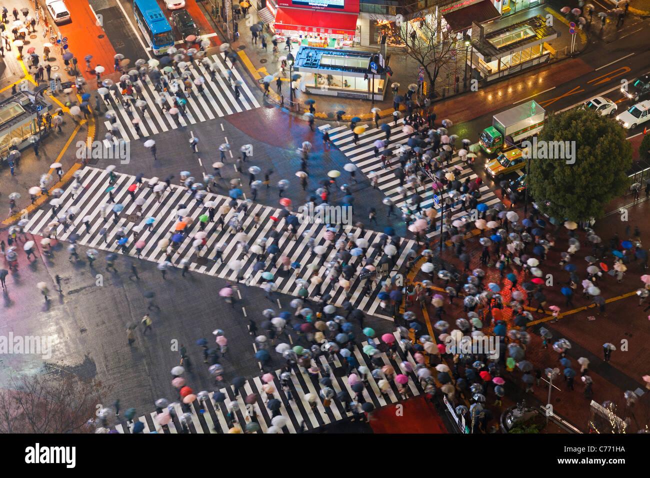 Asien, Japan, Tokio, Shibuya, Kreuzung Shibuya - Massen von Menschen, die die berühmten Zebrastreifen im Zentrum Stockbild