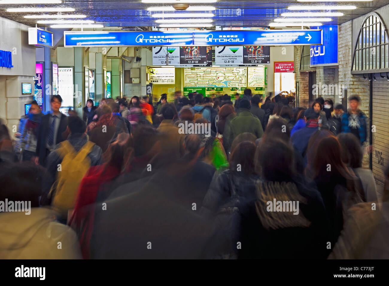 Asien, Japan, Tokyo, Stadtteil Shibuya, Pendler, die Bewegung durch Shibuya Station während der Rush hour Stockbild