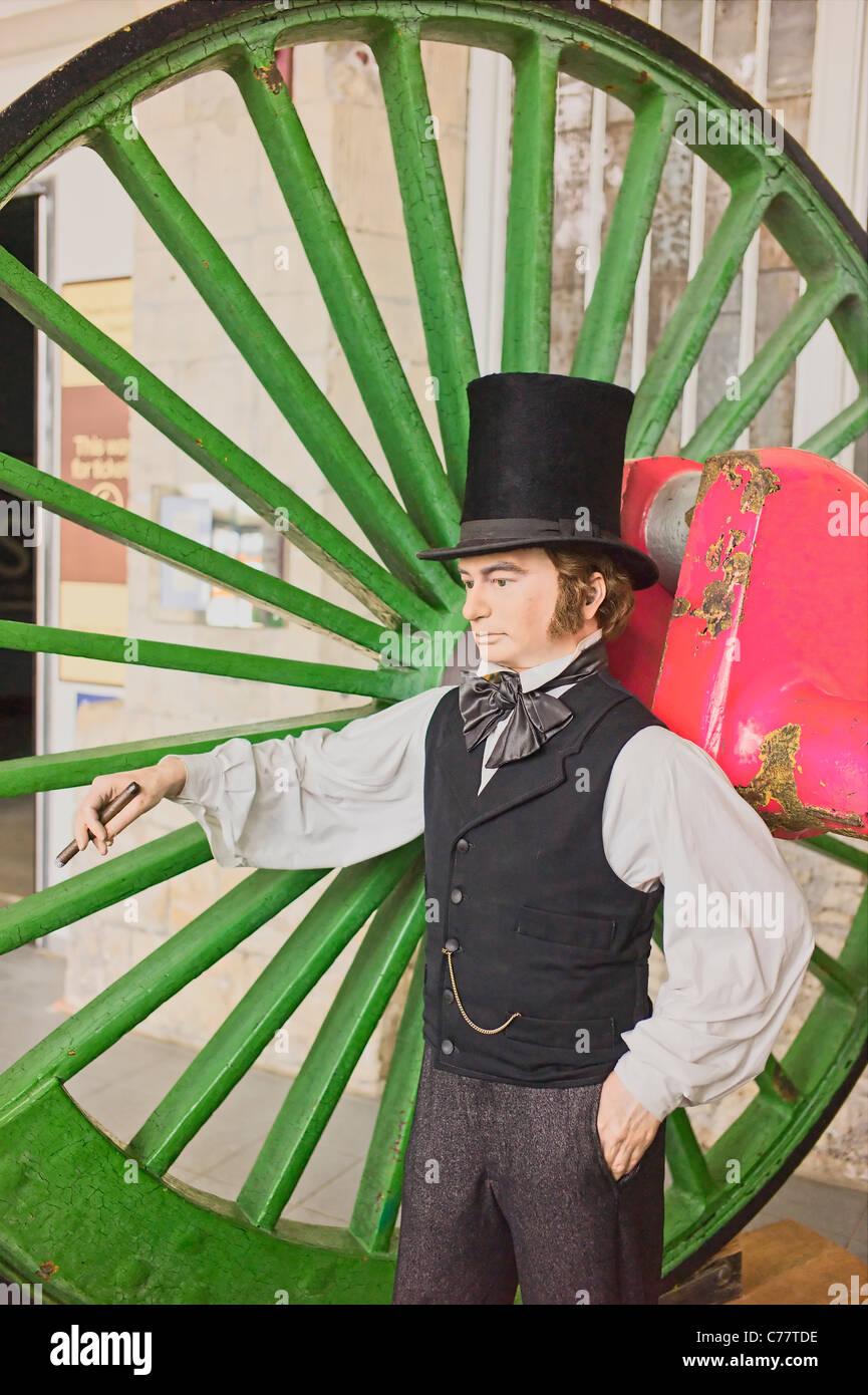 Abbildung vertreten Isambard Kingdom Brunel neben einem riesigen Bahn Rad in STEAM Museum in Swindon UK Stockbild